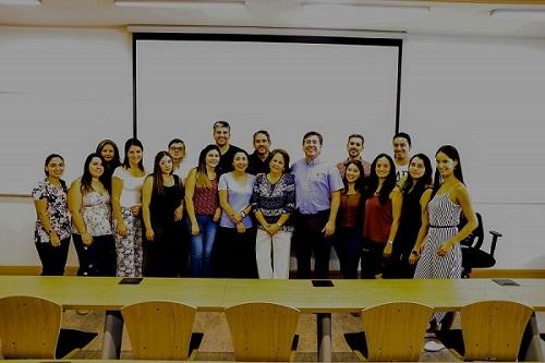 La charla congregó a profesionales de la salud dental en el campus Los Leones.