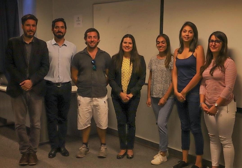 La directora del magíster, Naudy Leal (al centro de la foto), junto a los docentes y estudiantes del programa.