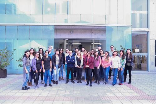La directora del postgrado, Paulina Araya, junto a los profesionales de la 15a versión.