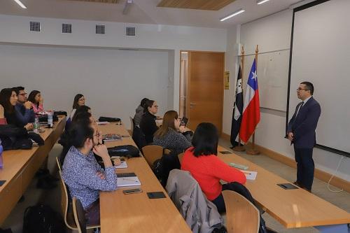 El director del magíster, Samuel Durán, presentó el programa a los nuevos estudiantes.