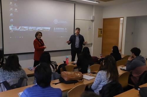 El director Edmundo González y la docente Rosa Tapia recibieron a los estudiantes durante la inauguración.