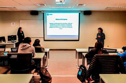 La directora María Teresa Ferrufino da la bienvenida al Postítulo en Educación: Motricidad Infantil.