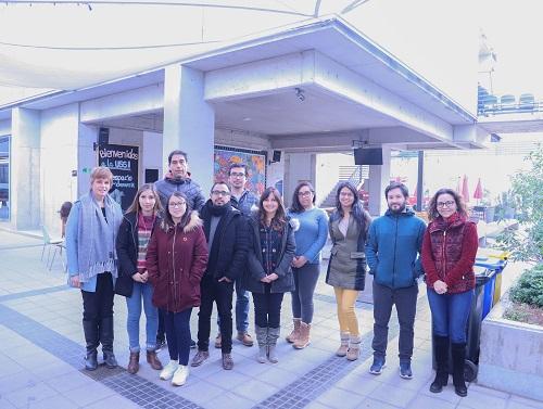 Los estudiantes del diplomado, junto a la directora Marcela Pezzani (izq.) y la coordinadora Marcia Ibarra (der.).