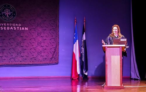 Ana Luz Durá, decanada de la Facultad de Ciencias de la Educación, dedicó unas palabras para los graduados.
