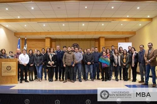 Los asistentes a la clase magistral, junto al expositor Alan Friedman (a la izq,), y el director Sebastián Mathews (a la der.).