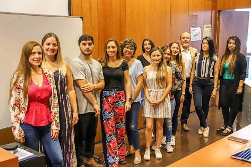 El director Héctor Monardes, junto a los estudiantes del postítulo.