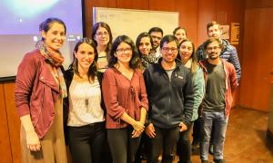 La directora del programa, María Cecilia Pesce, y sus estudiantes.